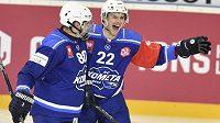 Jan Süss z Brna se raduje z gólu. Vlevo je jeho spoluhráč Daniel Kowalczyk. Vše v osmifinále hokejové Ligy mistrů.