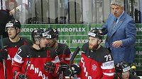 Trenér Todd McLellan (zcela vpravo) udílí pokyny kanadským hokejistům.