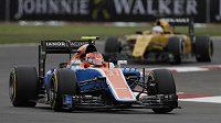 Francouz Esteban Ocon za volantem monopostu týmu Manor. V příštím roce zaujme ve formuli 1 místo v závodním kokpitu stáje Force India.