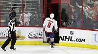 Potrestaný ruský hokejista Alex Ovečkin z Washingtonu Capitals opouští ledovou plochu v utkání proti Carolině v prvním kole play off NHL.