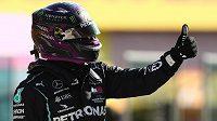 Mistr světa Lewis Hamilton oslavuje prvenství v kvalifikaci na nedělní Velkou cenu Toskánska.