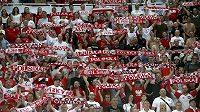 Polští fanoušci během utkání jejich národního týmu v Severní Makedonii.