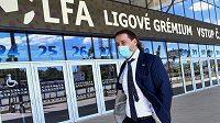 Předseda Ligové fotbalové asociace (LFA) Dušan Svoboda přichází na jednání ligového grémia LFA v Praze.