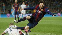 Dirigent hry Barcelony Lionel Messi padá po střetu s Markem Verrattim z PSG.