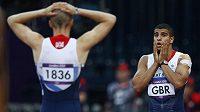 Gesto zmaru v podání britských sprinterů Adama Gemiliho (vpravo) a Daniela Talbota.