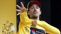 Švýcar Fabian Cancellara se po vítězství v prologu navléká do žlutého trikotu vedoucího jezdce Tour de France.