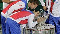 Radek Štěpánek se laská s Davis Cupem (vedle Tomáš Berdych)