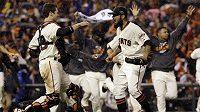 Hráči Giants se radují z výhry, která je přiblížina na dostřel titulu.