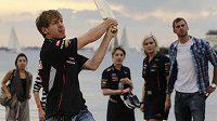 Sebastian Vettel hraje kriket před Velkou cenou Austrálie.