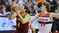 Luke Walton(4)z Clevelandu Cavaliers střílí přes Jana Veselého z Washingtonu Wizards.