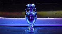 Trofej pro vítěze evropského šampionátu vystavená na losu kvalifikace o EURO 2020 v Irsku.