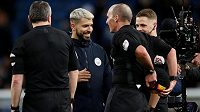 Anglický sudí Mike Dean schovává v žertu balón před Argenticem Agürem poté, co Manchester City rozdrtil Chelsea 6:0.