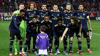 Malý chlapec se připletl k týmovému focení Arsenalu před zápasem Evropské ligy proti Olympiakosu.