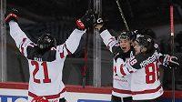Hokejisté Kanady se radují z postupu do semifinále mistrovství světa, rozhodující gól v utkání proti Rusku připsal útočník Andrew Mangiapane (vpravo) po asistenci Troye Stechera (uprostřed).