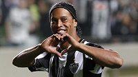 Brazilský fotbalista Ronaldinho a jeho typická oslava vstřelené branky.