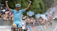 Paolo Tiralongo z týmu Astana oslavuje triumf v deváté etapě Giro d'Italia.