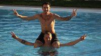 Milan Petržela (nahoře) a David Limberský v bazénu na soustředění ve Španělsku.