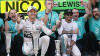 Nico Rosberg a Lewis Hamilton oslavují ve Španělsku svůj double s týmem Mercedesu.