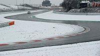 Předsezónní testy formulí 1 na okruhu v Barceloně musely být kvůli sněhu přerušeny.