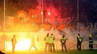 Řádící sparťanští fanoušci během zápasu s Teplicemi.