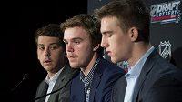 Nadaní hokejisté, kteří by se měli umístit ve špičce letošního draftu. Vlevo je Dylan Strome, McDavidův spoluhráč z Erie Otters, McDavid je uprostřed a vpravo pak Noah Hanifin. Američan by měl být nejvýše umístěným obráncem na draftu.