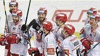 Hokejisté Hradce Králové slaví výhru na ledě Sparty.