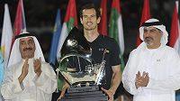Britský tenista Andy Murray pózuje s trofejí pro vítěze turnaje v Dubaji.