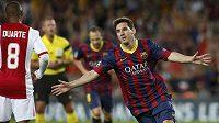 Záložník Barcelony Lionel Messi (vpravo) slaví gól proti Ajaxu Amsterdam.