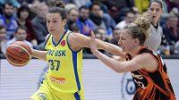 Basketbalistka USK Teja Oblaková z USK Praha uniká v utkání Evropské ligy, bránit se jí snaží Courtney Vanderslootová z Jekatěrinburgu.