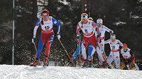 Eva Vrabcová-Nývltová (vlevo) při skiatlonu na MS ve Falunu.