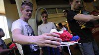 Originální boty v malých sériích vyrobené ke konkrétnímu závodu vzbudí vždy zájem.