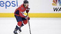 Hokejový obránce John Carlson i nadále bude oblékat dres Washingtonu. S Capitals podepsal osmiletý kontrakt.