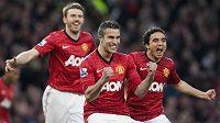Útočník Manchesteru United Robin van Persie (uprostřed) se raduje ze vstřelení gólu proti Aston Ville.