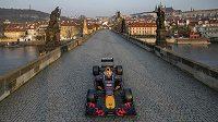 Formule 1 týmu Red Bull Racing projela po Karlově mostě v Praze.