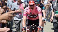 Lídr Cadel Evans an trati nedělní etapy Giro d'Italia.