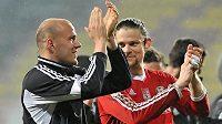 Příbramský útočník Roman Bednář (vlevo) a brankář Marek Boháč děkují fanouškům za podporu po utkání se Slováckem.
