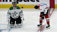 Hokejisty Ruska posílí na mistrovství světa v Rize obránci Nikita Zadorov z Chicaga, na snímku se před zápasem NHL baví s gólmanem Dallasu Stars Antonem Chudobinem.