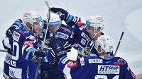 Hokejisté Brna se radují z gólu na ledě Mladé Boleslavi.