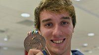 Moderní pětibojař Jan Kuf pózuje s bronzovou medailí z mistrovství světa ve Varšavě.