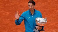 Španělský tenista Rafael Nadal slaví, na French Open triumfoval už jedenáctkrát.