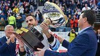 Kapitán libereckých hokejistů Petr Jelínek přebírá po zápase od prezidenta klubu Petra Syrovátka Prezidentský pohár za vítězství týmu v základní části extraligy.
