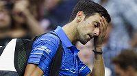 Zničený srbský tenista Novak Djokovič vzdal osmifinále US Open.