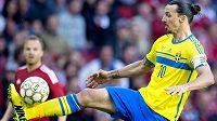 Švédský kanonýr Zlatan Ibrahimovic v utkání proti Dánsku.