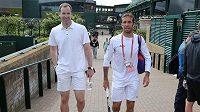 Český tenista Radek Štěpánek s reprezentačním gólmanem Petrem Čechem (vlevo) ve Wimbledonu.