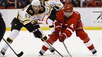 Bostonský hokejista Justin Florek (vlevo) se snaží obrat o puk českého obránce Jakuba Kindla z Detroitu