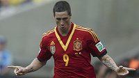 Španělský útočník Fernando Torres oslavuje na Poháru FIFA v Brazílii jednu ze svých tref do sítě amatérů z Tahiti.