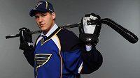 Český hokejista Dmitrij Jaškin pózuje v dresu St.Louis Blues.