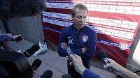 Kouč fotbalistů USA Jürgen Klinsmann hovoří k zámořským novinářům.