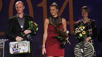 Petra Kvitová vyhrála podruhé v kariéře anketu Zlatý kanár. Vlevo je nehrající kapitán českého fedcupového týmu Petr Pála, vpravo pak bývalá tenistka Helena Suková.
