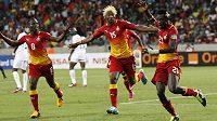 Fotbalisté Ghany se radují z branky.